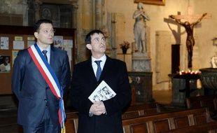 Le ministre de l'Intérieur Manuel Valls à Carpentras avec Francis Adolphe, le maire PS de la ville.