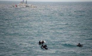 Des plongeurs de la Marine indonésienne cherchent le 15 janvier 2015 des traces de l'avion d'AirAsia qui s'était abîmé dans le Pacifique plus de deux semaines auparavant