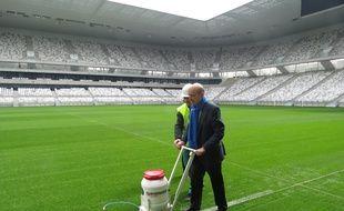 Bordeaux, le 23 mars 2015, Alain Juppé, le maire de Bordeaux trace symboliquement la première ligne du Nouveau stade.