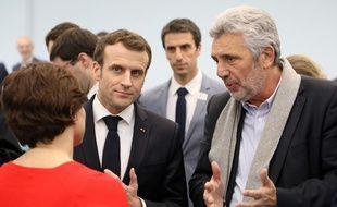 Emmanuel Macron en discussion avec le «monsieur haute performance» du ministère des Sports Claude Onesta et la ministre Roxana Maracineanu.