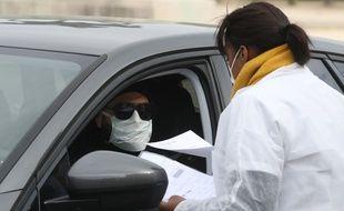Une biologiste fait un test PCR sur le Champs de Mars à Paris.