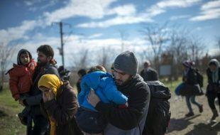 Des migrants franchissent la frontière entre la Grèce et la Madécoine le 14 février 2016 à Gevgelija