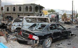 Des véhicules détruits sur les lieux d'un attentat suicide, le 28 janvier 2016 à Aden, au Yémen