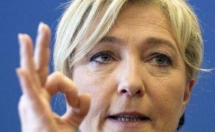 """La candidate FN à la présidentielle, Marine Le Pen, a qualifié mercredi de """"chantage"""" la mise en garde de François Fillon, selon lequel une arrivée au pouvoir de François Hollande serait suivie aussitôt d'attaques spéculatives contre l'euro."""