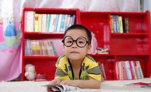 Illustration d'un enfant devant une bibliothèque, avec un livre