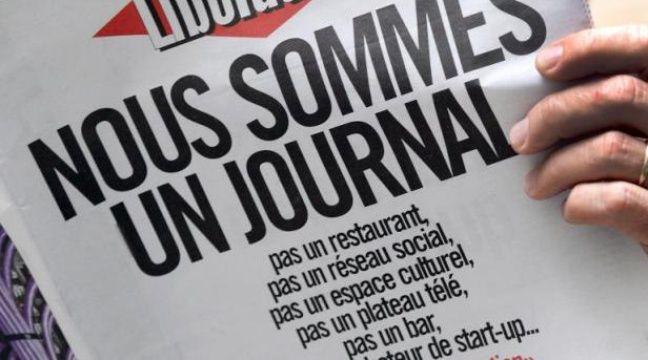 """Les salariés de Libération ont décrit lundi, sur deux pages, leur """"combat pour garantir l'avenir de Libé"""", reprenant, comme un slogan, leur """"Une"""" de samedi qui clamait en gros titres """"Nous sommes un journal"""". – Pierre Andrieu AFP"""