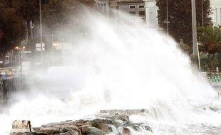 Des vagues viennent se jeter sur la chaussée à Bastia