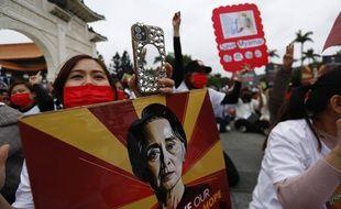 Des manifestants birmans tiennent des portraits d'Aung San Suu Kyi, sur la place de la Liberté à Taipei (Taiwan), le 21 mars.