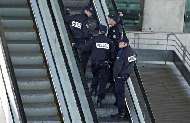 A maubeuge il jette un couteau sur les policiers for Police nationale lille