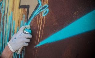 La ville de Pessac  propose à des propriétaires que leurs murs soient décorés par des artistes street-art locaux.
