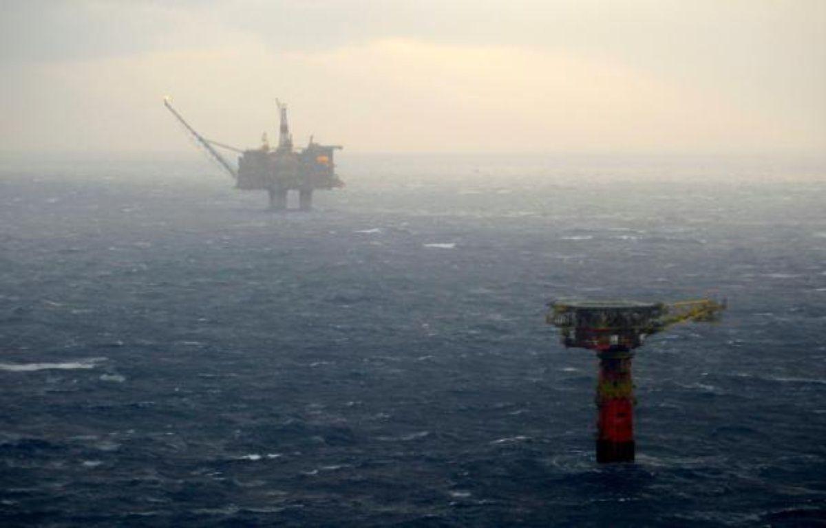 Le gisement pétrolier de Statfjord (dont on aperçoit une plateforme dans le fond), le plus grand de la mer du Nord, le 13 décembre 2007 – HOMMEDAL MARIT SCANPIX NORWAY