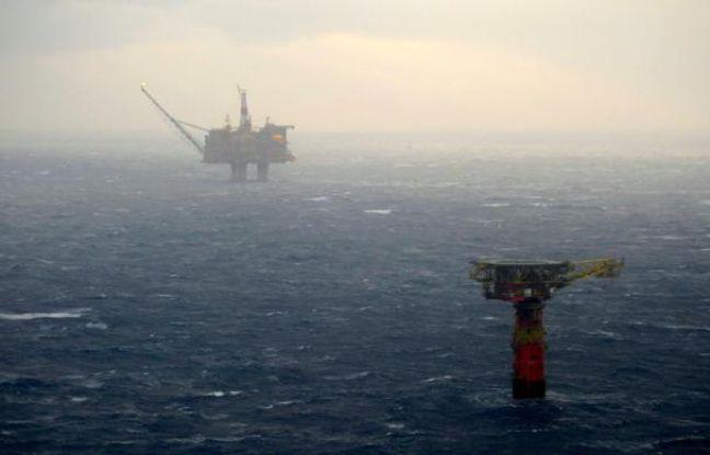 Le gisement pétrolier de Statfjord (dont on aperçoit une plateforme dans le fond), le plus grand de la mer du Nord, le 13 décembre 2007