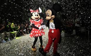 Mickey, incarnation du manspreading, devant Minnie, lors d'un défilé de mode à Sao Paulo en 2018
