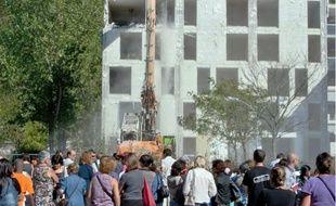Les habitants du quartier Libération sont venus nombreux assister aux premières démolitions effectuées par grignotage du bâtiment.