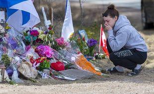 Une jeune femme rend hommage aux 22 victimes de la tuerie de Portapique au Canada. (illustration)