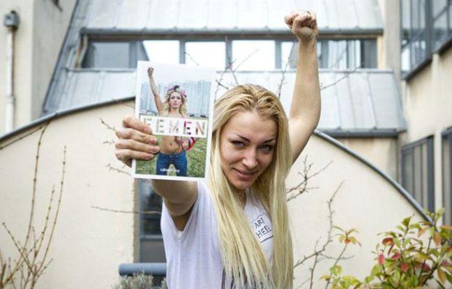Inna Chevtchenko, membre des Femen, avec le livre du mouvement féministe.