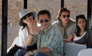 Le président français Nicolas Sarkozy et sa compagne, la chanteuse Carla Bruni, ont visité mercredi matin la Vallée des Rois à Louxor, première excursion en Egypte d'un séjour privé, sous l'oeil souvent amusé des touristes avant un pique-nique en felouque sur le Nil.