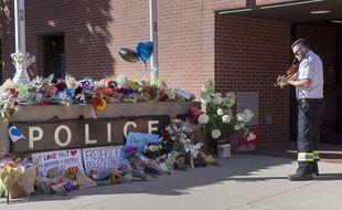 Des fleurs en hommage aux deux policiers tués lors d'une fusillade à Fredericton, au Canada.