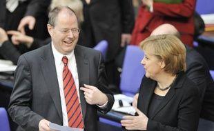 """Le principal rival d'Angela Merkel aux législatives de 2013, le social-démocrate Peer Steinbrück, a provoqué une vive polémique en Allemagne après avoir déclaré que la chancelière bénéficierait d'un avantage dû au fait qu'elle était une femme et que """"le job"""" de chancelier ne serait """"pas assez payé""""."""