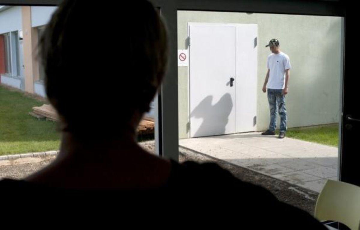 Le gouvernement a annoncé de son côté que 20 nouveaux CEF allaient s'ajouter d'ici à 2015 aux 44 existants, dont cinq seraient ouverts d'ici à la fin 2012, alors même que le budget de la Protection judiciaire de la jeunesse (PJJ), dont dépendent ces établissements, ne cesse de diminuer. – Sebastien Bozon afp.com