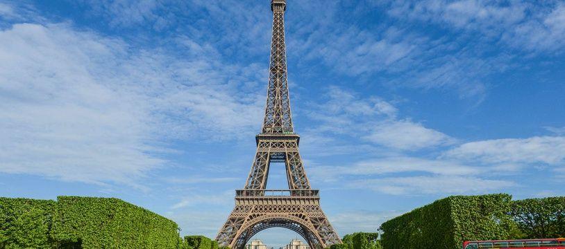 Non, une mosquée ne va pas être bâtie au premier étage de la Tour Eiffel.