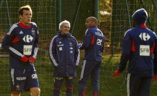 Raymond Domenech discute avec Thierry Henry à Clairefontaine à la veille d'Eire-France, le 13 novembre 2009