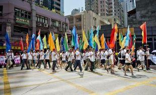 Des manifestants défilent à Hong Kong pour soutenir le gouvernement local contre un mouvement de désobéissance civile qui menace de paralyser la mégapole financière, le 17 août 2014