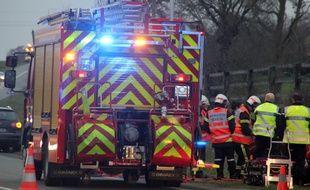 Illustration de l'intervention de pompiers et gendarmes lors d'un accident de la route. Ici en 2015 près de Rennes.