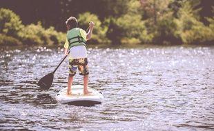 Le jeune garçon était sur son stand-up paddle (photo d'illustration).