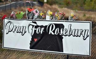 Une banderole de soutien aux victimes de la tuerie de Roseburg, dans l'Oregon, a été apposée non loin de l'entrée du campus d'Umpqua, le 2 octobre 2015