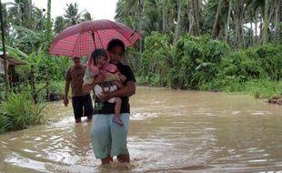 """""""Nous avons un besoin urgent dans ces zones de housses mortuaires, de médicaments, de vêtements secs et surtout de tentes, parce que les survivants vivent dehors depuis que le typhon a emporté leurs maisons ou leurs toits"""", a déclaré la ministre des affaires sociales Corazon Soliman."""