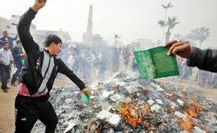 Hier à Benghazi, les opposants ont organisé un autodafé du «Livre vert», bible de la révolution écrite par Kadhafi.