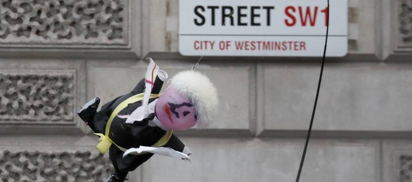 Une marionnette à l'effigie de Boris Johnson est brandie devant le Parlement britannique, le 14 octobre 2019.