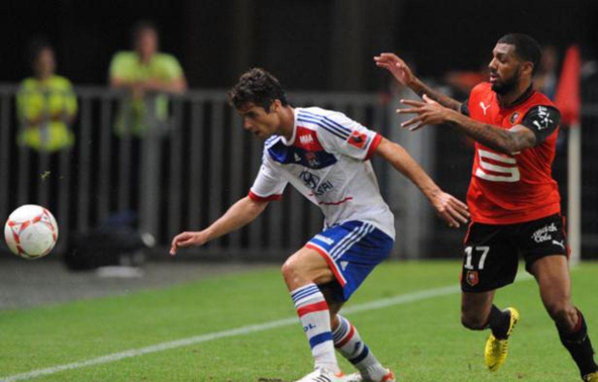Yoann Gourcuff à la lutte avec Yann M'Vila, le 11 août 2012 à Rennes. – J.F Monier / AFP