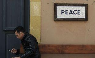 Un homme regarde son téléphone à Nicosie, le 2 février 2018.