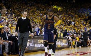 Le joueur des Cavaliers de Cleveland, Kyrie Irving, blessé face à Golden State le 4 juin 2015.