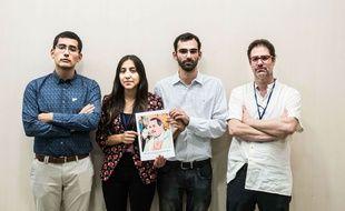 Quatre victimes d'actes de pédophilie posent avec la photo de Mgr Juan Barros, soupçonné d'avoir couvert les agissements du père Karadima, au Chili.