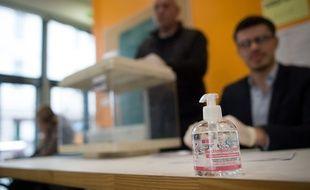 Du gel hydroalcoolique utilisé dans un bureau de vote.
