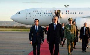 Le Premier ministre algérien Abdelmalek Sellal accueille son homologue français Manuel Valls (G) lors de son arrivée à l'aéroport d'Alger, le 9 avril 2016