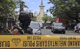 La police devant la cathédrale de la ville indonésienne de Makassar, le 28 mars 2021.