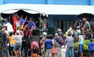 Des habitants de Legazpi, au sud-est de Manille, évacués vers des abris, le 6 décembre 2014, à l'approche du typhon Hagupit, aux Philippines