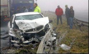 """Le nombre des tués sur les routes en 2006 s'est élevé à 4.703 personnes (-11,6% en un an), a annoncé le ministre des Transports, Dominique Perben, qui a fait état d'une baisse de 43% """"depuis 2002"""" soit en 5 ans, """"plus de 10.000 vies épargnées et 100.000 blessés évités""""."""