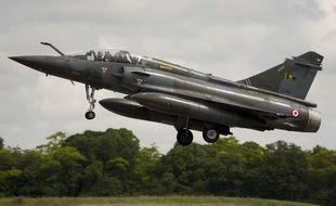 Un Mirage 2000-N  lors des répétitions du défilé du 14-Juillet sur la base aérienne de Chateaudun.