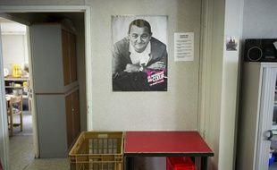 Le portrait de Coluche dans les locaux des Restos du Coeur à Paris.