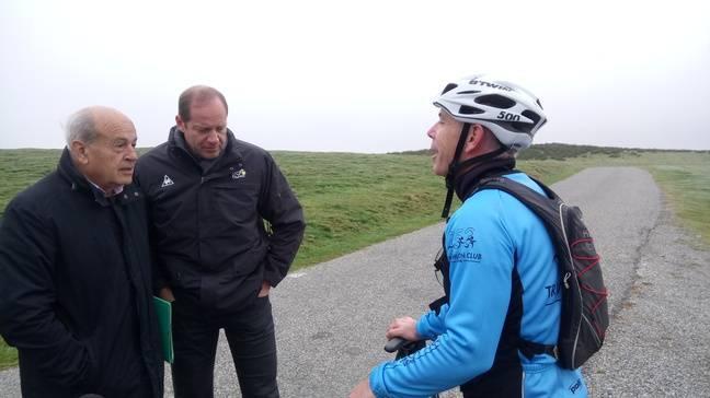 Henri Nayrou, le président du Conseil département de l'Ariège, Christian Prudhomme, directeur du Tour de France, et un vététiste qui découvre le Prat d'Albis.
