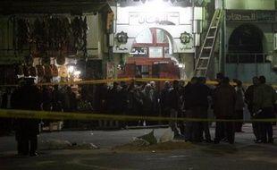 La police a arrêté trois hommes suspectés d'être impliqués dans l'attentat de dimanche au Caire qui a causé la mort d'une jeune française et blessé 25 touristes, selon une source de sécurité.