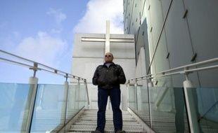 """Entre les tours de La Défense, le plus grand quartier d'affaires européen, près de Paris, le père Michel Anglarès tend l'oreille aux salariés venus confier leurs difficultés, se """"ressourcer"""" et réfléchir aux façons d'""""humaniser"""" l'entreprise."""