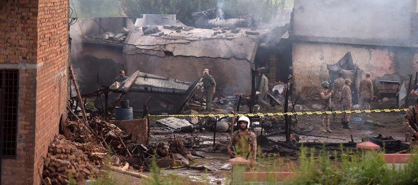Le site du crash entouré par l'armée pakistanaise à Rawalpindi, le 30 juillet 2019.