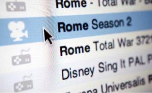 Un internaute utilise un client bittorrent pour télécharger illégalement des séries télé.