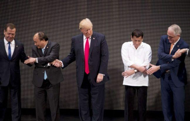 Donald Trump le 13 novembre 2017 à Manille, pour le sommet de l'ASEAN, entre le Premier ministre vietnamien et le président des Philippines.